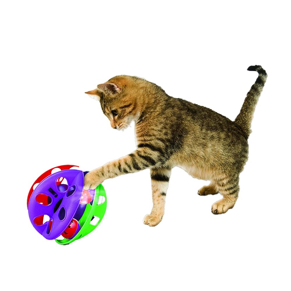 Gato jugando con el Juguete Criss Cross Kong para gatos color morado y rojo con pelotas interiores